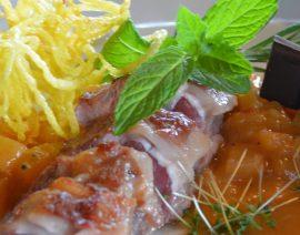 Südafrikanischer Fleischspieß mit Maisbrei und Würz-Soße