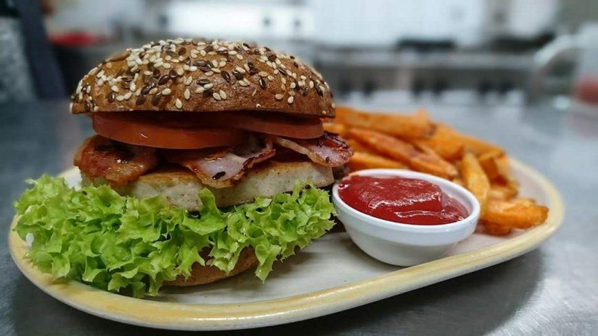 Max' Geschmacks Vorschlag: Bratwurst-Burger mit Senf-Dip