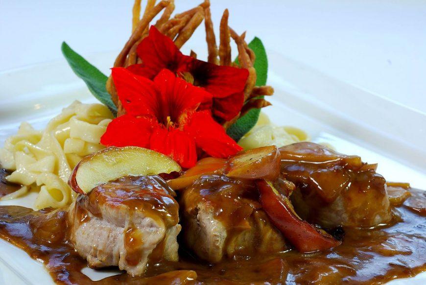 Max' Geschmacks Vorschlag: Geschmortes Kalbsbäckchen auf gerauchter Forellensauce mit Tomate und Kräuteröl