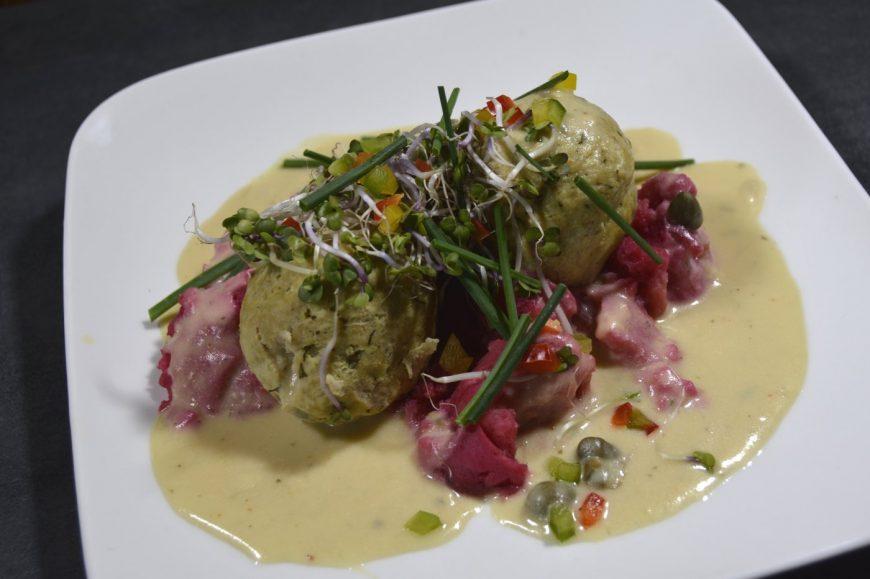 Max' Geschmacks Vorschlag: Karpfen-Kochklops mit Weißbier-Kapernschaum an Rote Beete-Kartoffelstampf